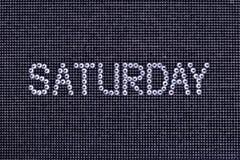 Le jour de la semaine, mot SAMEDI est fait à couleur de cristal de fausses pierres Photos libres de droits