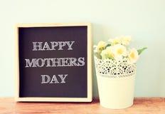 Le jour de mère heureux, écrit sur le tableau noir Photographie stock