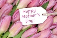 Le jour de mère heureux sur l'étiquette avec des tulipes fleurit Photos libres de droits