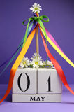 Jour de mai, 1er mai, calendrier avec le mât et rubans multi de couleur Images libres de droits
