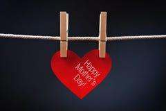 Le jour de mère heureux imprimé sur le coeur rouge Images libres de droits