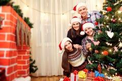 Le jour de Noël par groupe d'amis regardant pour le Christma Photographie stock