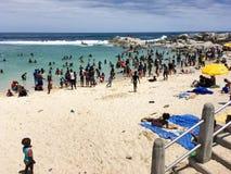 Le jour de nouvelles années serré aux camps aboient plage images stock