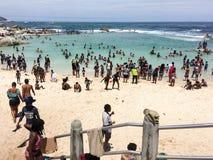 Le jour de nouvelles années serré aux camps aboient plage photo stock