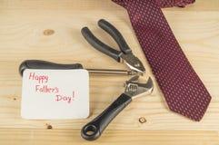 Le jour de père heureux Lien et outils sur le fond en bois Images stock