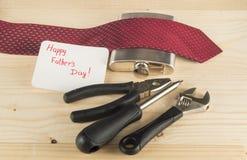 Le jour de père heureux Lien, flacon, outils sur le fond en bois Photo stock
