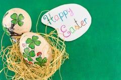 Le jour de St Patrics a inspiré la carte de Pâques heureuse d'oeufs de pâques Photo stock