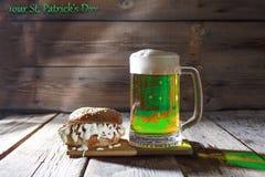 Le jour de StPatrick, bière verte, tasse, casse-croûte, vert, barre photos stock