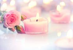 Le jour de Valentine Bougies et roses en forme de coeur roses Photographie stock