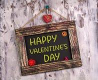 Le jour de valentine heureux écrit sur le panneau de signe de cru photos libres de droits