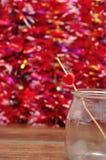 Le jour de Valentine Un coeur rouge sur un bâton dans un pot Image libre de droits