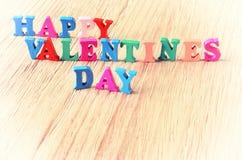 Le jour de valentines heureux de mots fait avec les lettres en bois de bloc Photos libres de droits