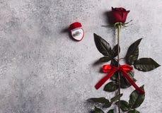 Le jour de valentines m'épousent bague de fiançailles de mariage dans la boîte avec le cadeau de rose de rouge Photos stock