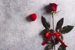 Le jour de valentines m'épousent bague de fiançailles de mariage dans la boîte avec le cadeau de rose de rouge Photographie stock libre de droits