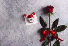 Le jour de valentines m'épousent bague de fiançailles de mariage dans la boîte avec la rose de rouge Images stock