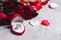 Le jour de valentines m'épousent boîte de bague de fiançailles de mariage avec la rose de rouge Image libre de droits
