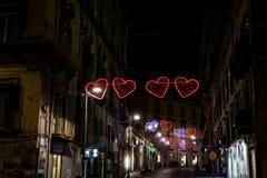 Le jour de valentines de Naples, Italie a illuminé des coeurs sur les rues de ville Image libre de droits
