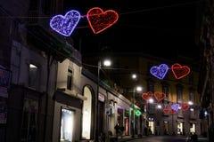 Le jour de valentines de Naples, Italie a illuminé des coeurs sur les rues de ville Photographie stock libre de droits