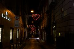 Le jour de valentines de Naples, Italie a illuminé des coeurs sur les rues de ville Photos stock