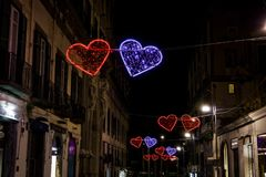 Le jour de valentines de Naples, Italie a illuminé des coeurs sur les rues de ville Photo stock