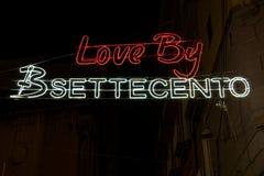 Le jour de valentines de Naples, Italie illuminé se connecte les rues de ville Photos libres de droits