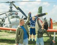Le jour des enfants internationaux Enfant avec des parents au salon de l'aéronautique le jour des enfants internationaux Fils ave Photographie stock