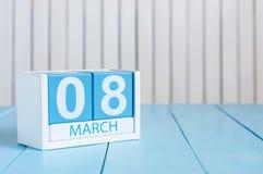 Le jour des femmes internationales heureuses 8 mars Image de calendrier en bois de couleur du 8 mars sur le fond blanc L'espace v Images libres de droits