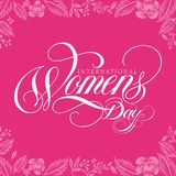 Le jour des femmes internationales impressionnantes handlettering avec le fond de rose de feuille illustration libre de droits