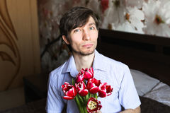 Le jour des femmes, le type avec les tulipes rouges image stock
