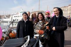 Le jour des femmes : nonnes de rassemblement de cyclistes. Photo libre de droits