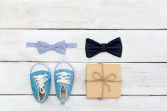 Le jour du ` s de père, le duo du fils et le père attachent un mensonge de papillon sur un whi Photo stock