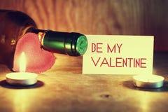 Le jour du ` s de Valentine mire le vin Photographie stock libre de droits