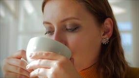 Le Jour du soleil Closeup Portrait d'une jeune femme joyeuse et mignonne assise dans un café, une fille qui aime la coupe parfumé banque de vidéos