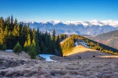 Le jour ensoleillé est dans le paysage de montagne image stock