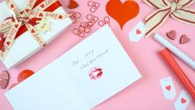 Le jour heureux du ` s de Valentine au-dessus étendent à plat la carte d'écriture Photo libre de droits