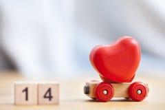 Le jour, l'amour et le coeur de valentines sur la voiture en bois jouent Photo libre de droits