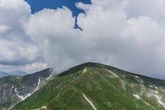 Le journal dans les montagnes Beaux cieux bleus image stock