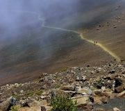 Le journal de cratère d'enroulement du volcan de Haleakala, Hawaï Images stock