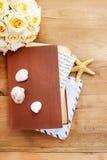 Le journal intime, les vieilles lettres et le freesia rouge fleurissent Photo stock