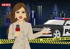 Le journaliste féminin rapporte des actualités au sujet d'accident devant la voiture de police Photos stock