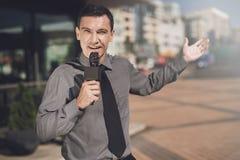 Le journaliste se dirige à l'objet et dit quelque chose Photo libre de droits