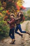 Le joyeux couple dupe autour et montre des émotions photos stock