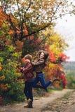 Le joyeux couple dupe autour et montre des émotions photos libres de droits