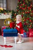 Le Joyeux Noël et bonnes fêtes fille mignonne de petit enfant décore l'arbre de Noël à l'intérieur images libres de droits
