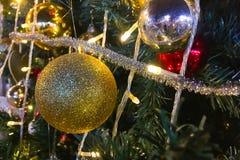 Le Joyeux Noël et la bonne année, ceci est le pin qui est de décorer de l'or et les boules rouges, les cerfs communs jaunes, la c photographie stock