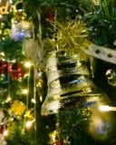 Le Joyeux Noël et la bonne année, ceci est le pin qui est de décorer de l'or et les boules rouges, les cerfs communs jaunes, la c photos libres de droits