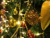 Le Joyeux Noël et la bonne année, ceci est le pin qui est de décorer de l'or et les boules rouges, les cerfs communs jaunes, la c image libre de droits