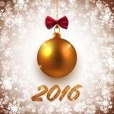 Le Joyeux Noël et la bonne année dirigent la carte avec la boule décorative d'or Photographie stock