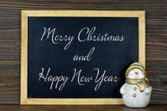 Le Joyeux Noël et la bonne année textotent sur le tableau noir de vintage images libres de droits