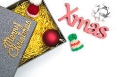 Le Joyeux Noël et le Noël textotent, chapeau de fourrure, la boule, ruban dans g noir Photos libres de droits